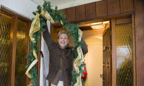 BA besøkte Chriss Martin Knappen (41) like før jul. – Herved erklærer jeg julen for åpnet, utbryter han idet han plugger i stikkontakten og lysene på girlanderet tennes. – Jeg er inspirert av              Trude Drevland, hun har kommet seg gjennom mye tøft, sier han.