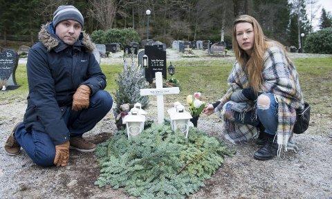 HVILESTED: Cecilie Merete Ramstad (32) og Frode Nilsen (39) mistet datteren Vilde (10) til kreft i slutten av november i fjor. – Det var en stor, vond                                                          overraskelse da Vilde ble syk, og utrolig tøft da vi fikk beskjed om at legene ikke kunne redde henne, forteller Frode. FOTO: MAGNE TURØY
