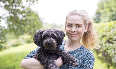 Koser seg: Den lille krabaten, Sofie, skal være hos hundepasser Enya Johansen (20) i 15 dager mens hundens                                                       eier er på ferie. Enya mener det å være hundepasser er den perfekte sommerjobben: – Når jeg er hundepasser har jeg godt selskap og en som gir mening med dagene i sommerferien. Da har jeg noe å stå opp til, for jeg har en                                                         jeg må ta vare på og gå turer med, sier Enya. Foto: Kristine Ristesund