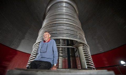 Arvid Erdal (85) forteller at generatoren i utgangspunktet ble bygget til Radiumhospitalet, men de ombestemte seg. – Da tok Odd Dahl, som hadde bygget den, en telefon til UiB-rektor Bjørn Trumpy, og de ble enige om at UiB skulle få den. Det var ikke anskaffelseskomiteer den gangen. foto: Eirik Hagesæter