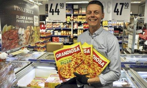 Frossenpizza står høyt i kurs, særlig hos enslige, sier kjøpmann Mats Lehne i Rema 1000 på Kløverhuset. I fjor solgte han 570 Grandiosa på fire dager i påsken.  FOTO: DAG BJØRNDAL