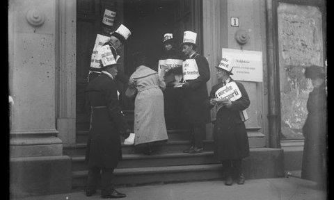 Ved stortingsvalget i 1915, var 3010 mennesker i Hordaland hindret i å bruke stemmeretten fordi de hadde mottatt fattighjelp. På bildet ser man vakter utenfor stemmelokalet.