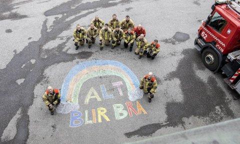 Bergen brannvesen henger seg på #altblirbra og håper innbyggerne i Bergen holder motet oppe, sier informasjonsrådgiver Siv Kristin Eikås Hovland. På bildet er vaktlaget på hovedbrannstasjonen, brigade B.