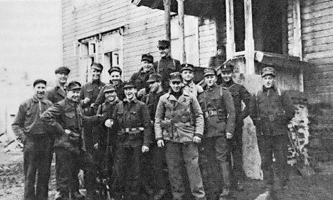 Oppklaringspatruljen som ble ledet av fenrik Harald Skjold (nr. 2 fra høyre), på gårdentil Styrk Gjøstein (helt til venstre) i Bordalen ved Voss. Skjold ble henrettet i 1942 for å ha drevet etterretningsarbeid og antinazistisk propaganda blant tyske soldater.