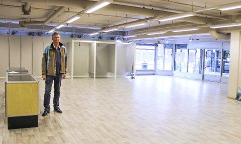 MIDTRE BUSKERUDS FLOTTESTE?: Det hevder deleier Bjørn Nordalen. Her står han i Åmotsenterets mest synlig plasserte lokaler, med utstillingsvindu mot fylkesvei 287.