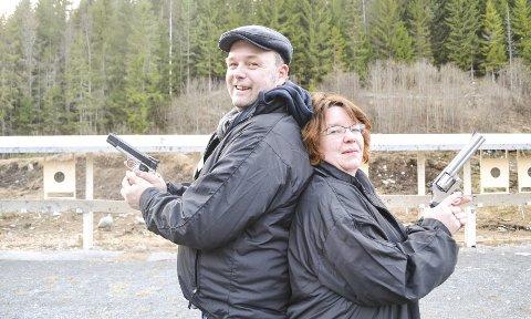 DUELL VED SOLNEDGANG: Cato Brekke og Bente Forsberg er klare til duell på pistolbanen ved Myrespiten i Hokksund.