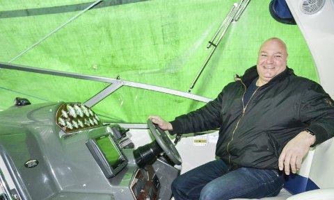 SKIPPER´N: Geir-Erik Lunde stortrives bak rattet på båten sin.