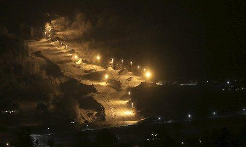 MOROA KOSTER: Modum skisenter bruker mye strøm for å lyse opp det som gjerne kalles Modums lengste ungdomsklubb. Innfelt er styreleder Reier Andre Sønju.Alle foto: Arkiv