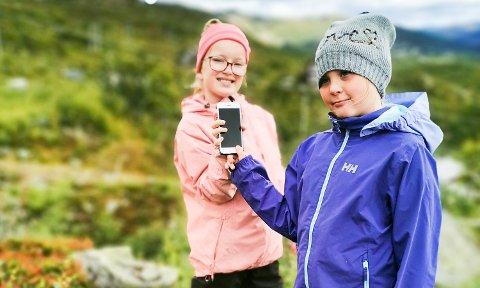 FANT MOBIL I BLÅBÆRLYNGEN: , Natalie Olsen Svellebråten (8) og Marlene Revheim Lunde (10) fant en telefon de etter hvert kunne gjenforene med eier.