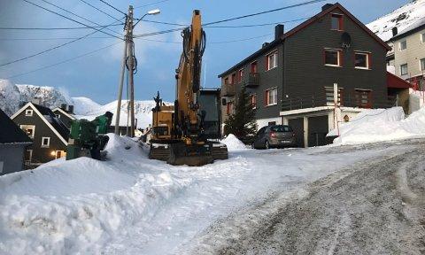 Bildet er tatt for en uke siden, men gravemaskinen står enda i enden av Øvergata.
