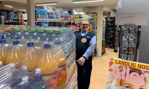 TAR I: Eier av Joker i Honningsvåg, Ketil Floer håper at en helårig turistkommune kan dra inn flere turister til butikken.