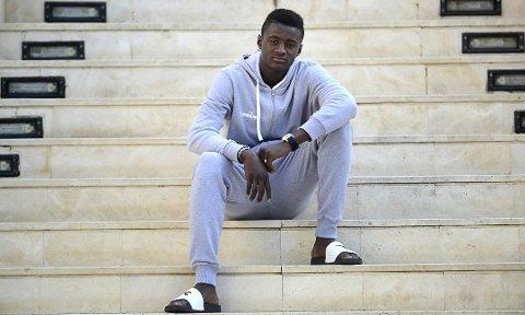 """Alioune """"Badou"""" Ndour (19) frå Senegal kan bli Florø sin erstattar om Florøstjerna Rashad Mohammed forsvinner til eliteserien."""