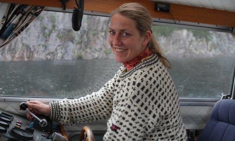 POSTBOD: Linda Kaldestad (45) leverer post frå Klauvene i aust til Kinn i vest, og 12 andre stader mellom, inkludert si eiga øy, Grønenga.
