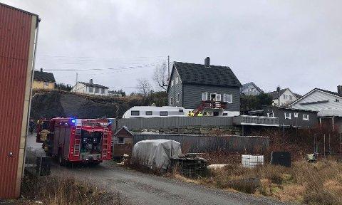 PIPEBRANN: Brannvesen og politi rykte ut til pipebrann i Strandavegen i Florø torsdag.