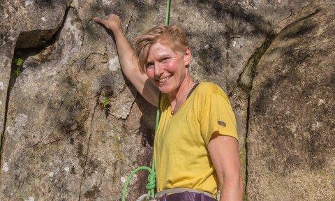 SPENNING: Med kalkkvite fingrar jaktar Maria Ljungløf frå Førde spenning i høgfjella. – Eg er ei vaksen dame og må nytte tida no!