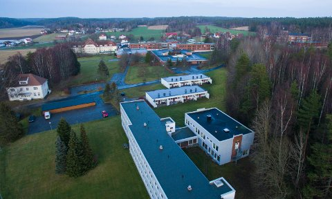 Pusses opp: Det er de tre hvite byggene nærmest på bildet som FM Eiendom har kjøpt. Nye Lia Gaard har kjøpt det hvite trehuset til venstre. Til høyre i bildet ligger lysløypa og det tidligere asylmottaket.