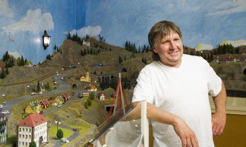 FORNØYD: Arne Børresen ved Gamlebyen Modelljernbanesenter er stolt av at senteret går med overskudd for andre året på rad.