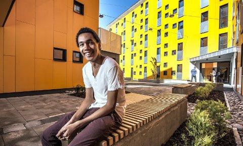 LIVET SMILER: Jay Tebojo Fiskerstrand (18) har aldri bodd i Norge før. Gutten er svært fornøyd med å ha fått plass i leilighet rett ved HiØ. FOTO: Geir A. Carlsson