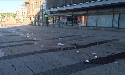 DAGEN DERPÅ: Det var mye søppel på Stortorvet fredag morgen.
