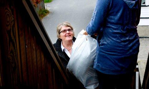 DELER UT MAT: Denne helgen kjørte Kari Agathe Lorentzen fra Frelsesarmeen på Torp sammen med sine frivillige ut mat til 147 husstander i byen. Behovet for hjelp i julen har økt de siste årene.