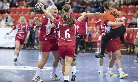 SEIEREN ET FAKTUM: Her slipper FBK-jentene seg løs etter triumfen i Larvik Arena. FBK vant 28-25 over Larvik. Foto: Joachim Hellenes, ØP