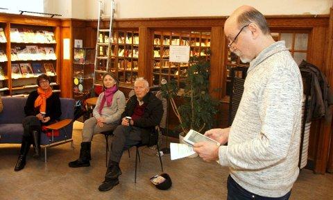 Kaffe, bok og kjeks: Ib Aarmo vil gjerne ha folk på besøk, og leser gjerne fra en bok. Vårt bilde er fra 2014, og på tilhørerplass satt (fra venstre) Sidsel Gjermundsen, Solveig Dreyer og Børre Stokke.