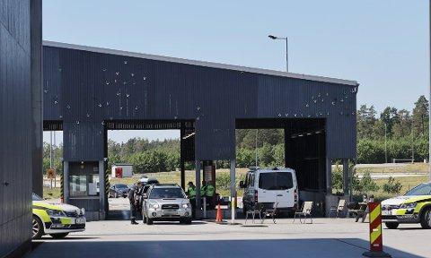 Rolig. Antall biler som passerer Svinesund tollsted er kraftig redusert på grunn av korona-situasjonen. Likevel foretar  tollmyndighetene daglige kontroller.
