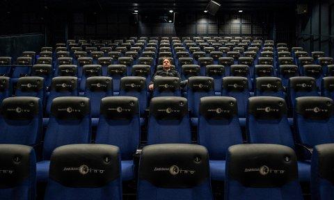 Fredrikstad kino, her med kinosjef Jørgen Søderberg Jansen alene i en av kinosalene, ligger alene an til et merforbruk på 12-16 millioner kroner i år som følge av koronapandemien i år. I siste møte i kultur- og miljøutvalget etterlyste Frp sparetiltak for å minske underskuddet i seksjonen, men administrasjonen hadde ikke funnet noen tiltak å anbefale.