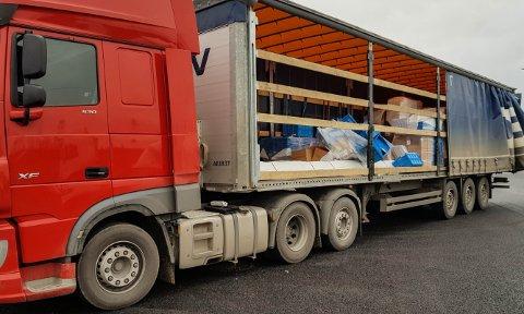 Denne polske trailersjåføren ble anmeldt for kopi av løyvedokument og veltet lass.