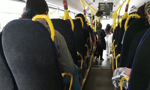 FOR FULLT: Dette bildet ble tatt på bussen mellom Fredrikstad og Sarpsborg mandag. Passasjeren som tok bildet reagerer på at smittevernsrådene ikke ble fulgt.