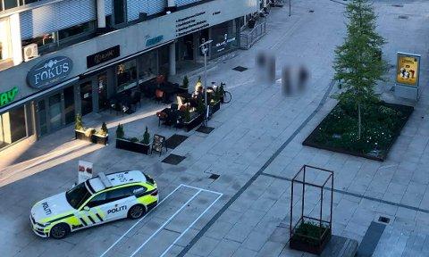 Stortorvet Fredrikstad sentrum fredag 20.30: To polititjenestemenn stanser her en 13-åring med en flaske vodka. 13-åringen innrømmer han skulle selge videre på gata.