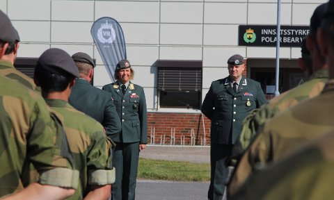 Oberstløytnant Remi Høyning overtar stillingen som sjef for Oslofjord Heimevernsdistrikt (HV-01). Her under en seremoni på Rygge militære flystasjon mandag. Til venstre, sjefen for hele Heimevernet, generalmajor Elisabeth Michelsen.