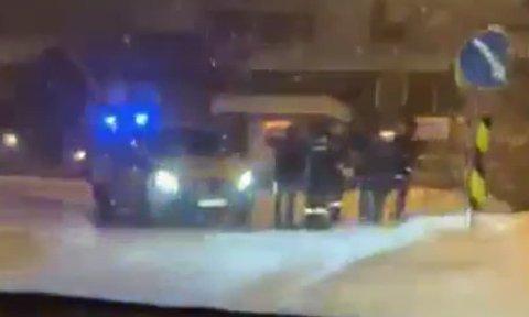 Dette bildet er en skjermdump av en innsendt leservideo. En politibil og en sivil politibil sto med blålysene på i toppen av Tøttaveien fredag kveld.