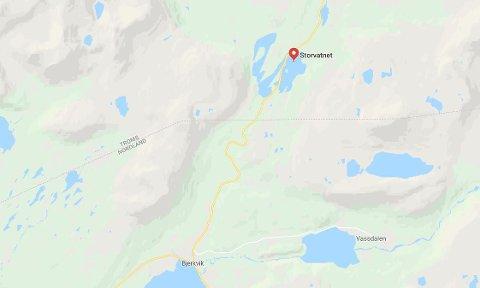 800 meter nord for Storvatnet, i retning Bjerkvik, ble snøscooteren til Lasse Pettersen funnet.