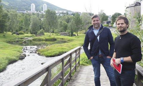 EN PERLE: Direktør i Narvikgården, Frode Kristian Danielsen (t.v.) betegner Elvedalen som en perle. Han og arealplanlegger Eirik Djupvik forsikrer at det prosjektet som nå er i emning på Taraldsvikjordet er et helt annet enn det som ble skrinlagt i 2016.Foto: Terje Næsje