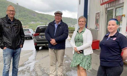 TAR SAKEN: Stortingsrepresentant Sverre Myrli (i midten) besøkte Niingskroas Gunn Merete Jakobsen sammen med ordfører Terje Bartholsen og nestleder i Evenes AP, Torill Larsen.