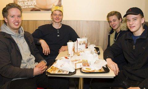 FORNØYDE: Burger King-gjestene – Sondre Paulsen (f.v.), Hans Petter Vatne, Håvard Otto Nilsen og Brian Nielsen – synes de fikk en fin start på dagen i går. Samt at de gjorde en god gjerning for mor som slapp å smøre matpakke.