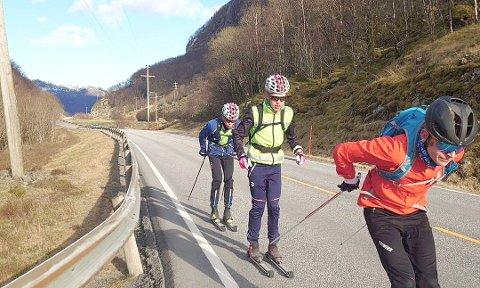 Andreas i rødt, Oskar i gul vest og Vebjørn med blå jakke. Foto: Privat