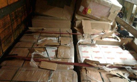 BRENNEVIN: 2880 liter brennevin var gjemt i pappesker på paller, mellom trevarer og hyttemøblement på traileren.