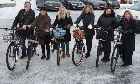 TEST-SYKLISTER: Kongsvinger kommune har kjøpt inn ti el-sykler i en kampanje med mål om å få enda flere til å forflytte seg rundt i sentrum uten å bruke bil. Fra venstre Ole Martin Knashaug, Venkah Gjermundsen, Marie Hornslien, Arnhild Julseth, Lena Sætheråsen Sørli, og prosjektleder Hege Nordby.