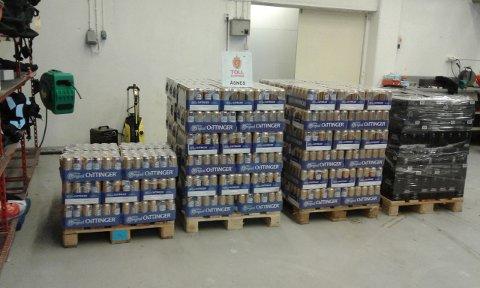 ØL OG VIN: 1560 liter øl og 600 liter vin ble beslaglagt fra bilen til en 20 år gammel litauer.