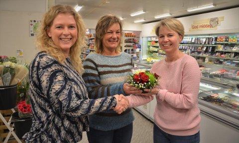 Miljøarbeiderne Iren O. Foseid (f.v.) og Lena Jonsrud er svært takknemlige for gavmildheten som Eva Holm Kaiser og Joker Kjellmyra viser.