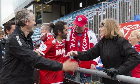 TAKKES: Tomålsscorer Adem Güven mottar fortjent hyllest av tilreisende KIL-supportere på Sandnes idrettspark. Assistenttrener Petter Belsvik er naturlig nok like fornøyd.