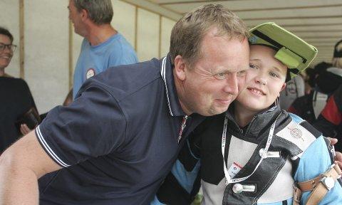 Den gode klemmen: Pappa Atle var stolt over Trygve Kolstad Andreassens flotte prestasjon på Landsskytterstevnet på Evje.