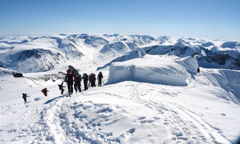 Her ser vi Nordfjord folkehøgskole på toppen av Galdhøpiggen.