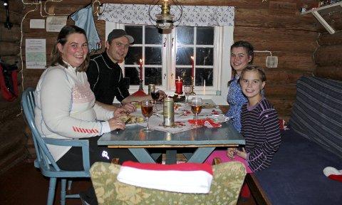 TRANGT, MEN GODT: Ingunn, Hans Petter, Sunniva og Tiril Rausand med julemiddagen langt til fjells.