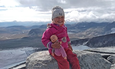 """Mina Floriana (3) er antakelig den yngste som noen gang har gått opp Snøhetta på egen hånd. Så langt i år har hun tilbrakt fire og en halv måned """"i felt"""" med pappa Alexander Read."""