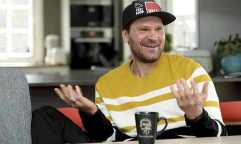 SJEF: Øystein Pettersen, som har bosatt seg på Lillehammer med familien, liker å kalle seg gledelig sjef. Når noen i laget er uenig med ham bytter han hatt og blir kaptein.