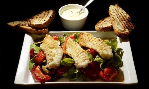 ENKEL GRILLRETT: Grillet brosme til grønnsaker med sitronaioli, og med grillet brød. Her er rød paprika, aubergine og squash, toppet av rikelig med basilikum.