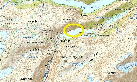 Raset skjedde langs Bøvertunvatnet på fylkesveg 55, mellom Bøvertun og Rustadsætre. Fjellveggen opp til Høyrokampen er svært bratt.